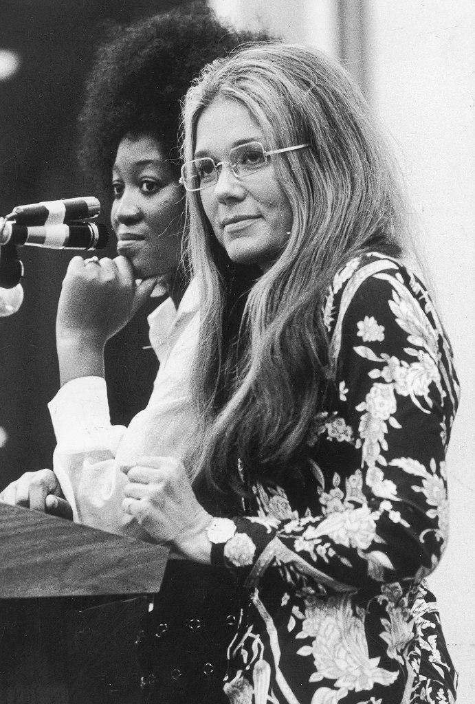 Gloria Steinem, leader féministe américaine, photo prise par National Geographic, on la voit évoluer dans Mrs America, la série disponible sur Canal Plus