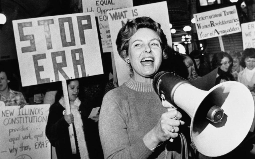 Phyllis Schlafly en première ligne du mouvement STOP ERA, on la voit évoluer dans Mrs America, la série disponible sur Canal Plus