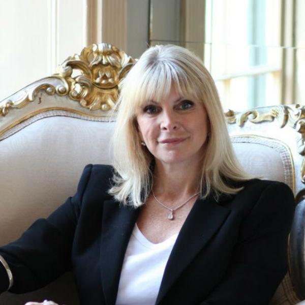 Portrait de Marisa Peer, thérapeute et hypnothérapeute à la renommée internationale