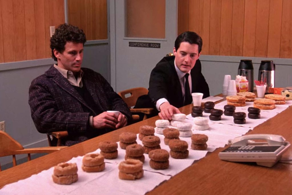 Les piles de Donuts et le café des équipes de police à Twin Peaks