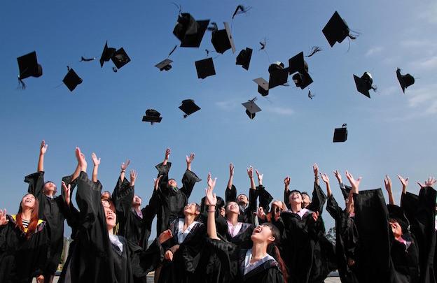 Cérémonie de remise des diplômes américaine ou britannique : le lancer de chapeaux