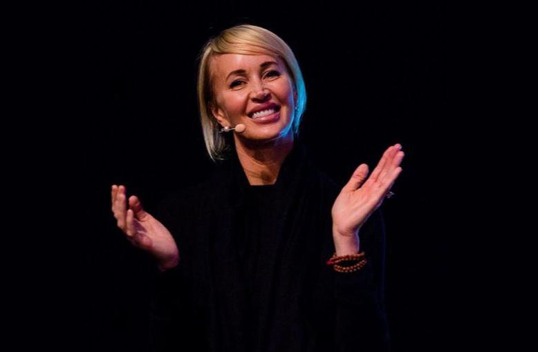 On fait également connaissance avec Bonnie Pearl ou Sage Robbins qui est la femme de Tony Robbins et qui est également conférence en motivation personnelle, auteure, actrice et philanthropiste.