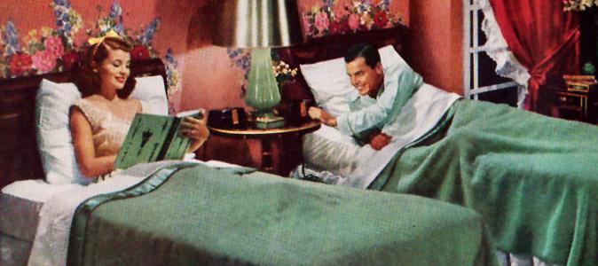 Deux lits séparés sont courants dans les chambres anglo-saxonnes, notamment pour des couples comme la reine Elisabeth 2 d'Angleterre et son mari le prince Philip, ou pour des personnalités telles que Tim Burton et sa femme l'actrice britannique Helena Bonham Carter